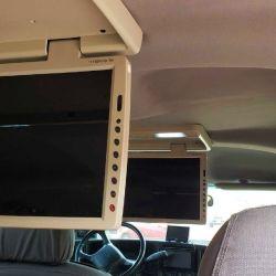 El interior del vehículo está equipado con dos pantallas multimedia retráctiles de 17 pulgadas, instaladas en el techo.