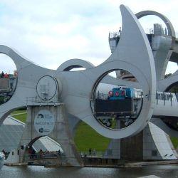 La Falkirk parece una noria o rueda de vuelta al mundo gigante.