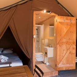 """Acampar con la comodidad de un colchón: el """"glamping"""" Huttopia en Dieulefit, en el sur de Francia. Foto: Manu Reyboz/Huttopia/dpa"""