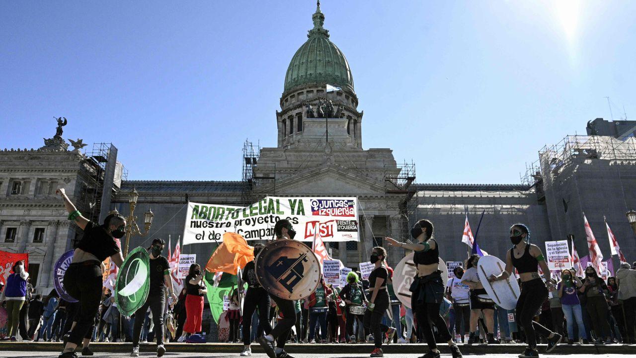 Activistas participan en una manifestación exigiendo la legalización del aborto frente al edificio del Congreso argentino durante el Día Internacional del Aborto Seguro en Buenos Aires, en medio de la pandemia de coronavirus.   Foto:JUAN MABROMATA / AFP