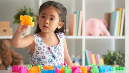 Nena jugando