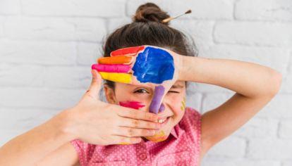 Nena con pintura en las manos