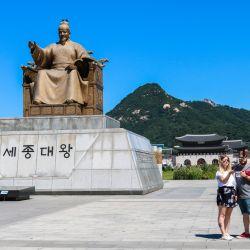 El monumento al Rey Sejong domina un sector de Seúl y muy cercano está el centro de atención al turista, un sitio muy recomendable, incluso simplemente para pasear.