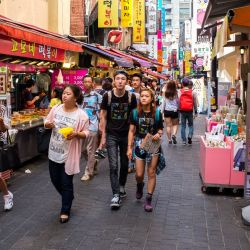 La zona de Myeong-dong, en Seúl, es como Rodeo Drive: especial para dejarse seducir por los artículos de lujo locales e internacionales.