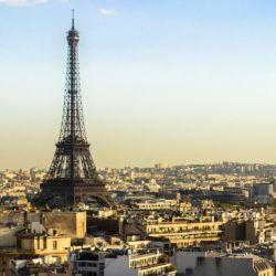 Cerca del mediodía una fuerte explosión sacudió el cielo de París.