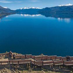 El mirador al lago Traful tiene 360° de vista a las aguas. Se llama Pared del Viento. Cuando están dadas las condiciones, uno arroja piedras al aire y se mantienen a flote varios segundos.