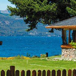 Algunas casas privadas y cabañas están  a orillas del lago.