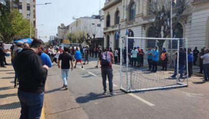 """Dueños y empelados de canchas de fútbol 5 protestan con un """"picadito"""" frente a la Municipalidad de La Matanza."""