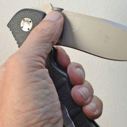 La apertura con una sola mano es una de sus principales características, indispensable para realizar diversas tareas.