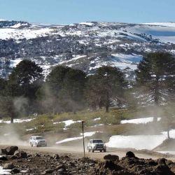 Avanzando por huellas entre manchones de nieve cerca de Villa Pehuenia.