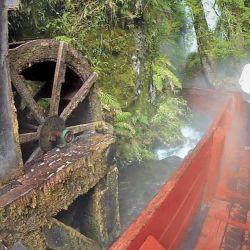 Las rojas pasarelas de las Termas Geométricas recorren la quebrada llevando a los visitantes hasta los diferentes pozos.