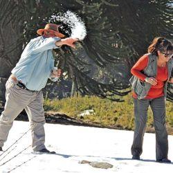 Siempre hay momentos para distenderse, en este caso para jugar con la nieve.