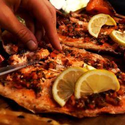 Comer pescados ligeramente crudos puede generar una extraña enfermedad que si bien no es letal produce fuertes dolores abdominales.