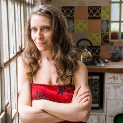 Desde su hogar de Barracas, Elena repasará -a 12 cámaras- todo su repertorio.