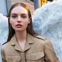Un ángel o ave urbana. Así se la ve en el spot del nuevo Her Eau da Parfum.