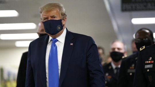 Trump en una de sus pocas apariciones con tapabocas.