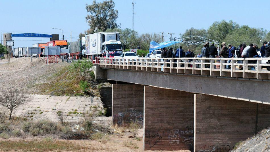 Conflicto: una protesta en una ruta de San Luis. La UIA alerta sobre problemas de abastecimiento.