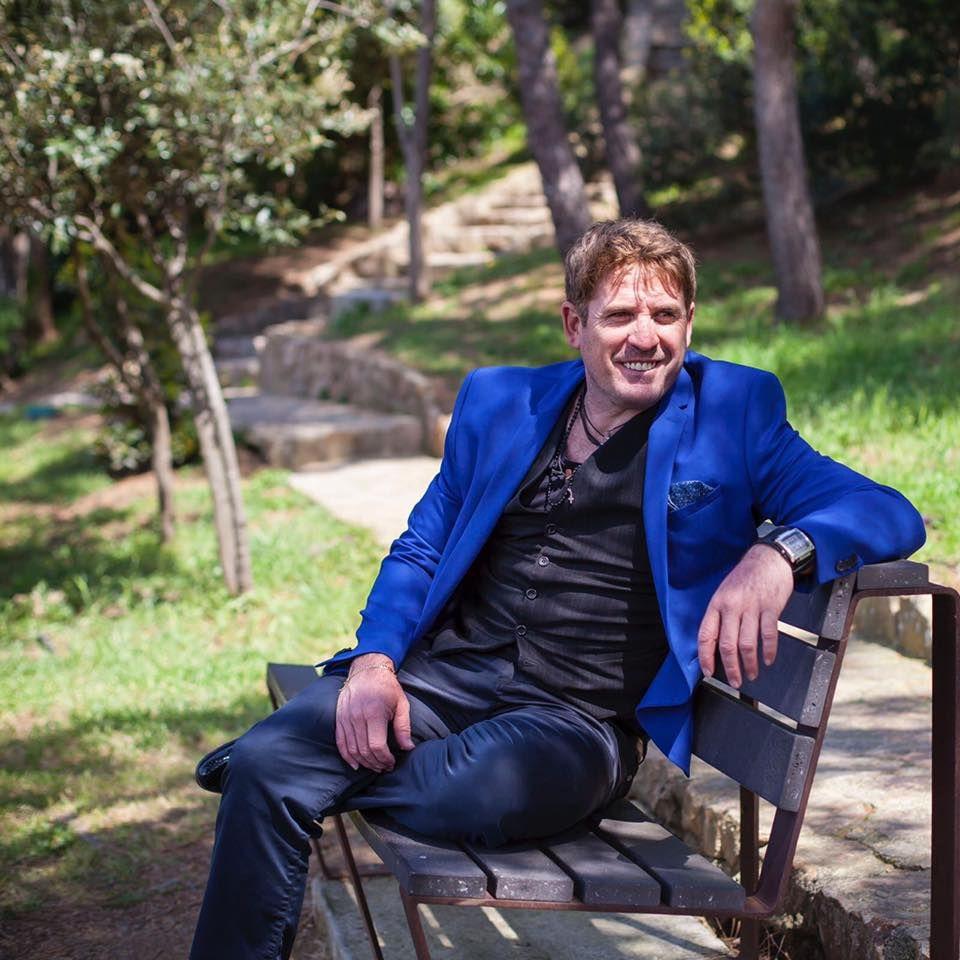 Cambio de hábito. Damián Porcel jugó al fútbol en Belgrano y Racing de Nueva Italia, y en España se hizo cantante. Tiene 48 años.