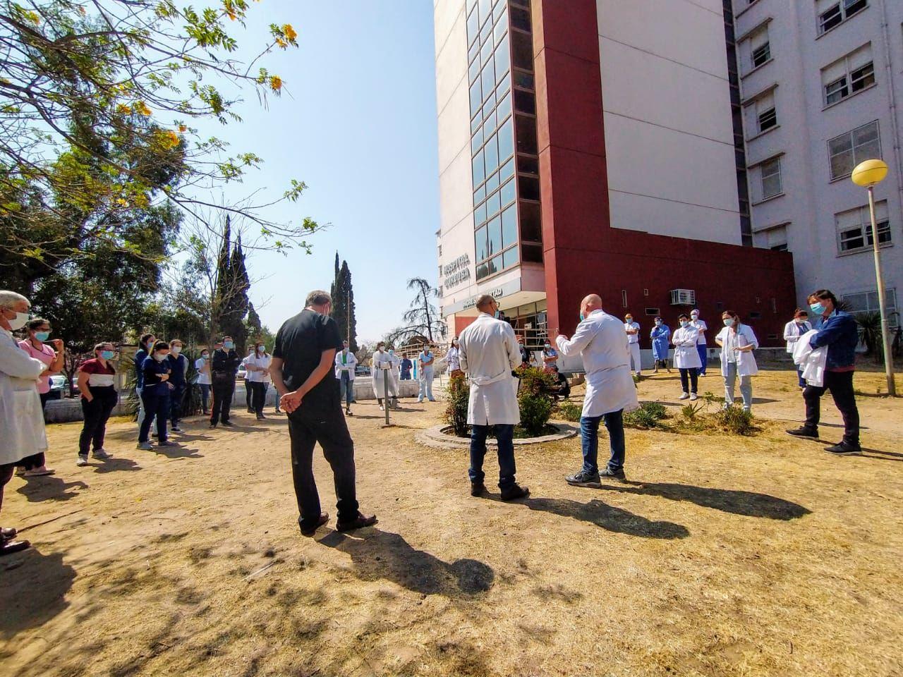 MARCHA. Médicos se manifestaron este jueves frente al Hospital Córdoba.