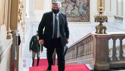De regreso. Fernández al ingresar a su despacho en Gobierno.