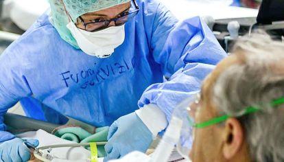 Pruebas. Para demostrar la eficacia del plasma de convalecientes, a cada paciente que ingresó al estudio se lo asignó de manera aleatoria a una de las dos ramas, con la solución o un placebo.