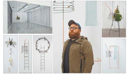 Herrera. Su obra conecta objetos y situaciones y multiplica los puntos de vista simultáneos que impiden aquietar la mirada y la mantienen siempre en suspenso.