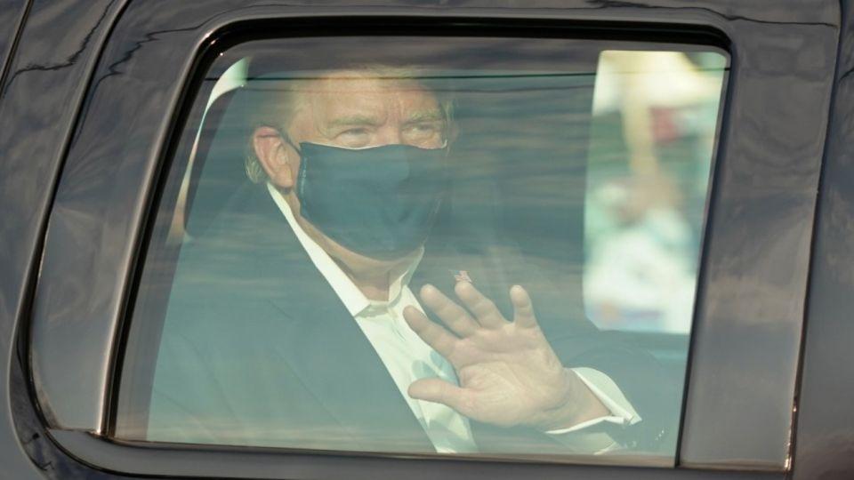 Donald Trump paseó en su auto ante los simpatizantes que se acercaron a darle apoyo