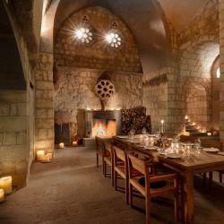 Restaurante Bezirhane, instalado en un antiguo monasterio enclavado en la roca.