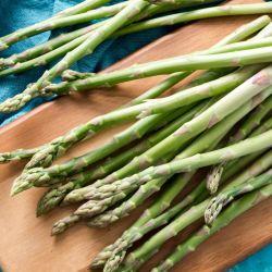 Bien primaverales, los espárragos son una una gran fuente de fibra, vitaminas C y E y antioxidantes.