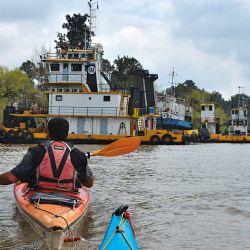 Pasando el complejo del ACA Delta, nos cruzaremos con barcazas de trabajo y barcos fondeados, debemos alejarnos.