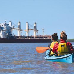 En el cruce de los grandes ríos como el Paraná de las Palmas hay que estar atentos al intenso tráfico de barcos de ultramar.