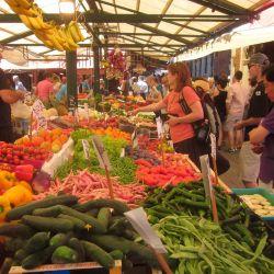 El Mercado del Rialto, ubicado enfrente de Ca'Sagredo en Venecia, es el centro de atención de una excursión muy entretenida.