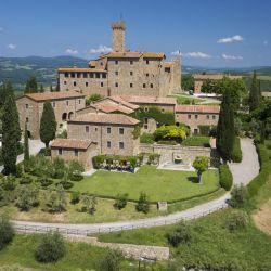 Desde Castello Banfi se puede recorrer la Toscana en una Ferrari. Y hacer una cata de vinos en su bodega.