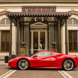 Desde Villa Cora también se puede recorrer la Toscana en Ferrari.