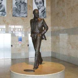 En su interior se instaló una gigantesca escultura del cantante realizada por el escultor local Tom Murphy.