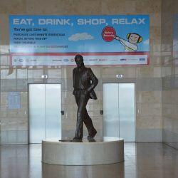 La estatua de Lennon acapara la atención de todos las personas que circulan por el aeropuerto de Liverpool.