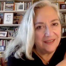 Carol nos habló desde su departamento de Brooklyn (atrás pueden verse sus premios Oscar y Bafta).