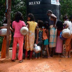 Los refugiados rohingya recogen agua potable de un punto de distribución en el campo de refugiados de Kutupalong, en Ukhia.   Foto:Munir Uz zaman / AFP