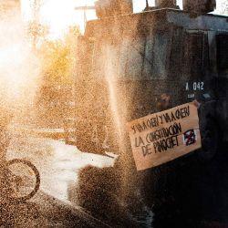 Un cañón de agua de la policía antidisturbios chilena dispara a los manifestantes durante una protesta contra el gobierno del presidente de Chile, Sebastián Piñera, en Santiago. | Foto:Martin BERNETTI / AFP