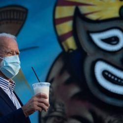 El exvicepresidente estadounidense Joe Biden, candidato presidencial demócrata sostiene una taza de horchata después de visitar Barrio Café en Phoenix, Arizona. | Foto:Brendan Smialowski / AFP