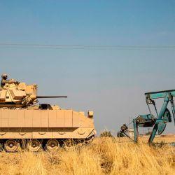 Un vehículo blindado de combate estadounidense participa en una patrulla cerca de los campos petroleros de Rumaylan en la provincia de Hasakeh, en el noreste de Siria, controlada por los kurdos.   Foto:Delil Souleiman / AFP