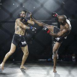 El luchador francés Alioune Nahaye pelea con el luchador español David Mora durante la primera pelea oficial de artes marciales mixtas en Francia, en Vitry-sur-Seine, cerca de París. | Foto:GEOFFROY VAN DER HASSELT / AFP