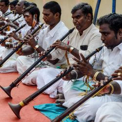Los músicos tocan los instrumentos de viento llamados nadaswaram durante un evento de adoración para salvar a las personas del coronavirus Covid-19 en Chennai. | Foto:Arun Sankar / AFP