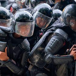 La policía se prepara para disparar gases lacrimógenos durante los enfrentamientos con activistas en el último día de una huelga nacional de tres días contra una nueva y controvertida ley que los críticos temen favorecerá a los inversores a expensas de los derechos laborales y el medio ambiente, en Yakarta.   Foto:BAY ISMOYO / AFP