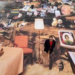 El artista Cold War Steve, cuyo nombre real es Christopher Spencer, posa con su última obra de arte titulada    Foto:Oli Scarff / AFP