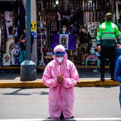 Los creyentes permanecen en la calle frente a la iglesia de Las Nazarenas, rezando al Señor de los Milagros, en Lima,   Foto:Ernesto Benavides / AFP