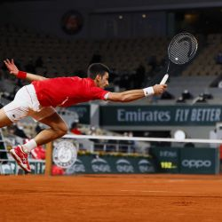 El serbio Novak Djokovic devuelve el balón al griego Stefanos Tsitsipas durante el partido de tenis de la semifinal de individuales masculinos el día 13 del torneo de tenis del Abierto de Francia de Roland Garros 2020 en París.   Foto:Thomas Samson / AFP