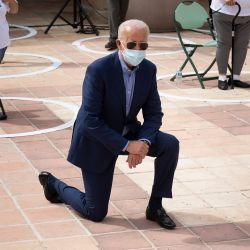 El candidato presidencial demócrata Joe Biden posa con sus partidarios después de hablar en el Centro Comunitario de East Las Vegas sobre los efectos de Covid-19 en los latinos, en Las Vegas, Nevada. | Foto:Brendan Smialowski / AFP