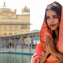 La actriz de Bollywood Nancy Marwah rinde homenaje en el Templo Dorado de Amritsar. | Foto:Narinder Nanu / AFP