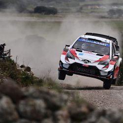 El piloto japonés Takamoto Katsuta conduce un Toyota Yaris WRC asistido por el copiloto británico Daniel Barritt durante el Rally de Cerdeña en Budduso. | Foto:Miguel Medina / AFP